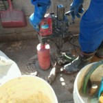 白蟻駆除の為、家の周囲のコンクリートへ穴あけ作業