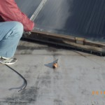 太陽熱温水器を二階の屋上から降ろしました